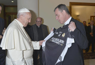 Pope Francis receives Eglish GAA jersey