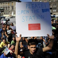 Hundreds of migrants stranded at Hungarian train station