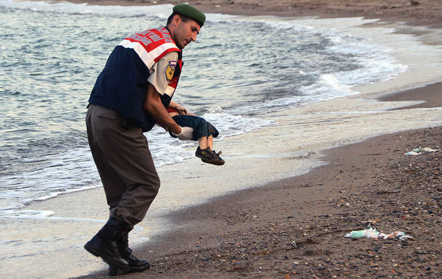 Photo of drowned Syrian boy shows tragic plight of refugees