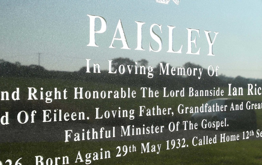 Is there a spelling mistake on Ian Paisley's gravestone?