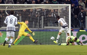 Mandzukic helps Juve take top spot from Manchester City